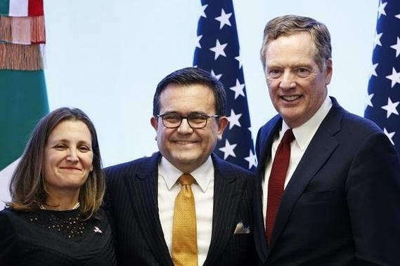 지난 5일(현지시각) 멕시코 멕시코시티에서 열린 NAFTA 재협상 회의에서 로버트 라이트하이저 미국 USTR 대표, 일데폰소 과하르도 멕시코 경제장관, 크리스티아 프리랜드 캐나다 외무장관(오른쪽부터) 등 3개국 협상 대표들이 기자회견을 하고 있다. /신화연합뉴스
