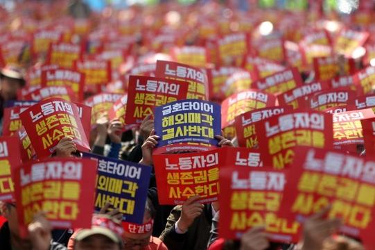 14일 총파업에 나선 금호타이어 노조 조합원들이 광주공장 인근에서 해외매각에 반대하는 집회를 갖고 있다./연합뉴스