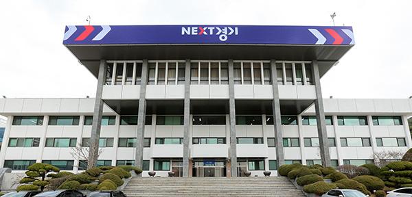 성남시가 경기도 공항버스 시외면허 전환 중단을 요구한 가운데 14일 경기도는 논평을 통해 관련 입장을 밝혔다.