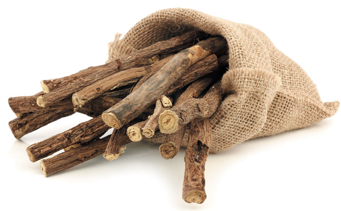 감초는 고대부터 위 질환 치료에 널리 사용된 식물로, 뿌리 부분을 채취해 바짝 말린 뒤 약재로 사용한다. 감초 뿌리로 만든 '감초추출물'은 헬리코박터 파일로리균의 증식을 억제하고 위 점막 보호에 도움을 준다.