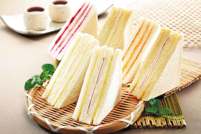 '삼선(三線) 샌드위치'란 별명을 가진 대만 홍루이젠 샌드위치. 서울 홍대 앞에 문 연 한국 1호점에서는 딸기(뒷줄 왼쪽)·귤(뒷줄 오른쪽에서 둘째) 샌드위치를 아직 팔지 않는다.