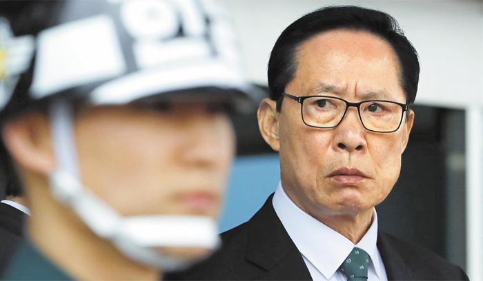 국방부가 국방개혁 일환으로 장군 감축 규모를 최근 80여명에서 100여명으로 확대했으며 그중 90여명은 육군으로 알려졌다. 사진은 19일 오전 송영무 국방장관이 응엥헨 싱가포르 국방장관과 회담을 앞두고 국방부 청사 정문에서 그를 기다리는 모습.