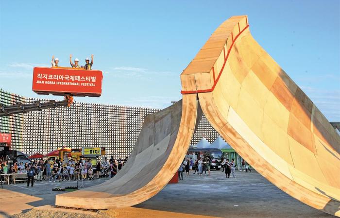 2016년 처음 국제 행사로 치러진 '직지코리아 국제페스티벌'을 기념하기 위해 청주 예술의전당 광장에 세워진 높이 9.1m 조형물. 세계적 산업 디자이너 론 아라드의 작품이다.