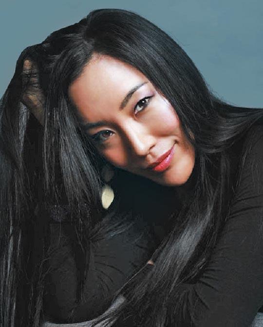 최근 프랑스 브랜드 랑방과 협업한 한국계 캐나다 작가 크리스타 김.