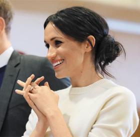 영국 해리 왕자의 약혼녀 메건 마클이 지난 23일 북아일랜드를 방문했을 때의 모습. 자연스레 흐트러진 듯한 그녀의 헤어스타일이 화제가 됐다.