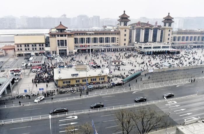 김정은 열차 떠나기전… 베이징역 인근 도로 텅 비워 - 지난 26일 김정은 북한 노동당 위원장이 특별 열차를 타고 중국 베이징을 방문한 것으로 알려진 가운데 그의 열차가 머무르고 있는 베이징역 인근 도로가 27일 텅 비어 있다. 이날 베이징역 일대는 중국 공안의 경비가 강화돼 종일 삼엄했다.