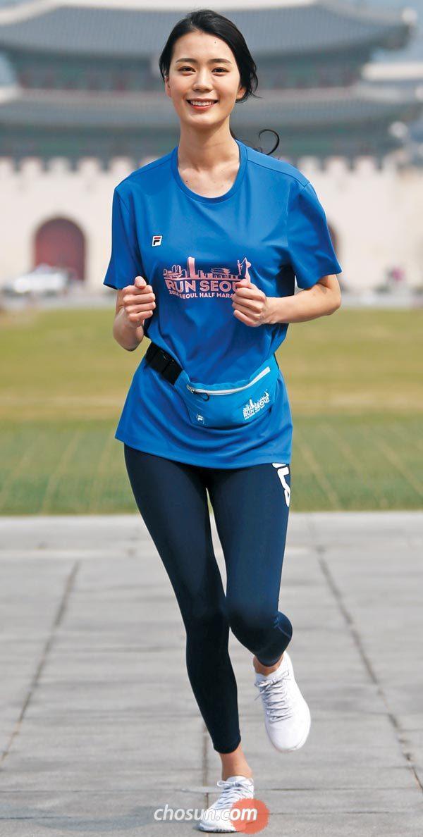 차 없는 도심을 달리며 서울의 봄을 만끽하는'2018 서울하프마라톤'이 한 달 앞으로 다가왔다. 모델 고미소씨가 27일 대회 기념 티셔츠를 입고 출발 지점인 광화문광장을 배경으로 포즈를 잡은 모습.