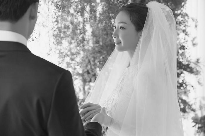 29일 오후 서울 모처에서 직장인 남성과 결혼식을 올린 배우 최지우(오른쪽). 결혼식은 가까운 친척 30여 명만 참석한 가운데 비공개로 치러졌다.