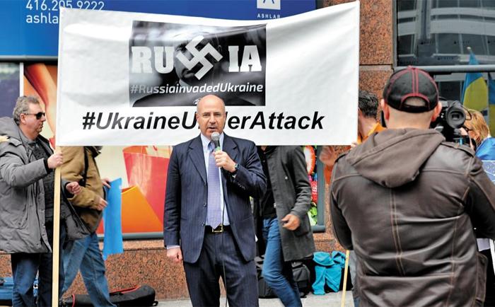 빌 브라우더 허미티지 펀드 CEO가 2016년 3월 캐나다 토론토의 러시아 영사관 앞에서 열린 러시아의 인권 침해 항의 집회에 참석해 연설하고 있다.