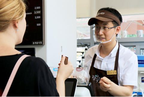 ▲ 행복한베이커리&카페 종로점에서 장애인 바리스타로 일하고 있는 구정환씨. /푸르메재단 제공