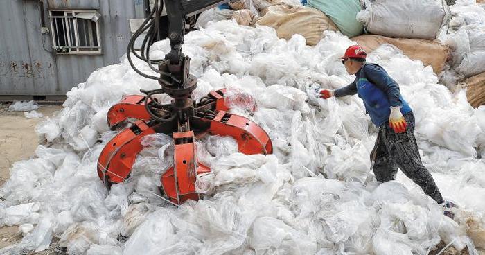 2일 서울과 경기도 고양시의 경계에 있는 한 폐비닐 회수 선별 업체에서 작업자가 폐비닐을 압축하고 있다. 이 업체는 중국 수출 길이 막힌 지난해 12월부터 전보다 낮은 가격으로 베트남·인도네시아 등 동남아에 폐비닐을 수출하고 있다.