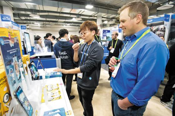 올 초 미국 라스베이거스에서 열린 세계 최대 IT(정보기술) 전시회인 'CES 2018'에서 관람객이 키튼플래닛 부스를 방문해 설명을 듣고 있다.