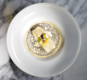 알랭 뒤카스가 지난주 열린 '돔 페리뇽 P2' 만찬에서 선보인 요리. 넙치를 데쳐 크림소스를 두르고 캐비아를 올렸다.