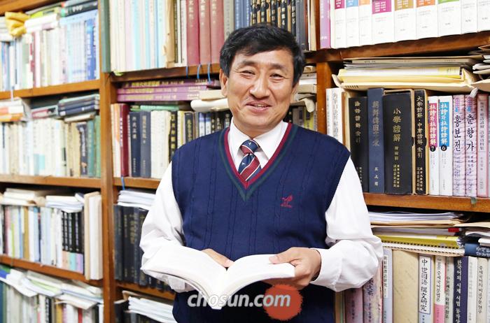 """지난 3일 서울대 연구실에서 만난 정승철 교수는 """"한국 현대사는 '표준어와 사투리의 치열한 대결의 역사'""""라고 말했다."""