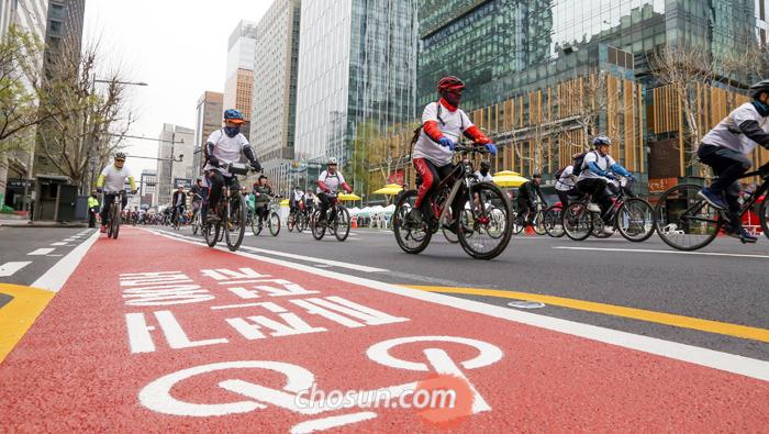 서울 종로 자전거 전용 차로(2.6㎞)가 개통된 8일 오전 기념 퍼레이드에 참가한 시민들이 자전거를 타고 종로구 광화문우체국 앞을 지나 종로6가 방향으로 달리고 있다.