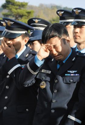 안장식서 동료 눈물 - F-15K 전투기 추락 사고로 숨진 공군 조종사들의 유해가 7일 국립대전현충원에 안장됐다. 동료 장병들이 안장식을 지켜보며 슬픔에 잠겨 있다.