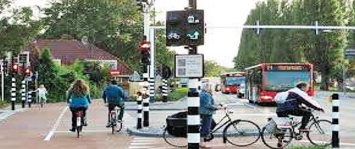 네덜란드의 자전거 전용 신호등 네덜란드의 자전거 전용 차로. 자전거 전용 신호등이 자동차 신호 체계와 연결돼 있어 자전거와 차량이 섞이지 않게 한다.