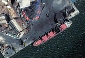 지난달 14일 촬영된 북한 남포항 일대의 위성사진 속에 부두에 접안한 길이 170m의 대형 화물선이 보인다. 다섯 부분으로 나뉜 화물칸 중 덮개가 열린 한 부분에 검은 석탄이 가득 차 있다.