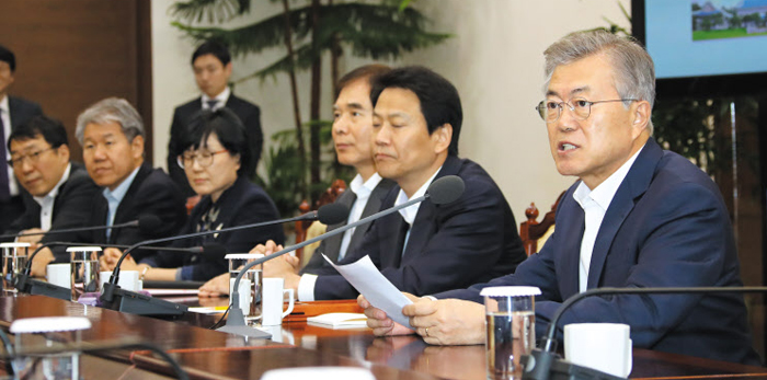靑 수석 보좌관 회의 문재인 대통령이 9일 청와대 여민관에서 열린 수석·보좌관 회의에서 발언하고 있다. 청와대는 회의에서 노동시간 단축 정착을 위한 방안을 논의했다고 밝혔다.
