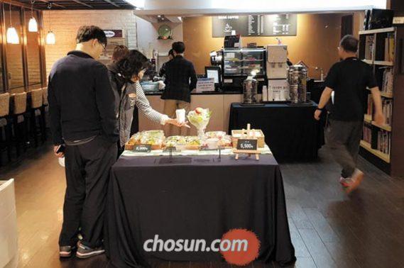 6일 오전 서울 서초구 반포리체 아파트 커뮤니티센터에서 주민들이 아침 식사용 샌드위치 등을 고르고 있다.