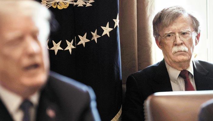 미국 트럼프 행정부의 대외·안보 정책을 총괄할 존 볼턴(오른쪽) 미 국가안보회의(NSC) 보좌관이 9일(현지시각) 공식업무를 시작했다.
