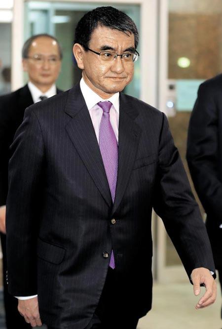 고노 다로 일본 외무상이 10일 서울 김포공항으로 입국하고 있다.