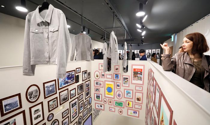 11일 개관한 서울 종로구 창신동 봉제역사관 '이음피움'에서 참석자들이 전시관 내에 걸린 옷과 액자를 둘러보고 있다.