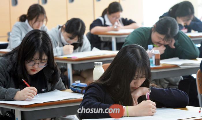 11일 대전 둔원고에서 3학년 학생들이 전국연합학력평가를 치르고 있다. 이날 교육부는 현 중학교 3학년생들에게 적용될 '2022학년도 대학 입시 제도 개편안'을 발표했다.