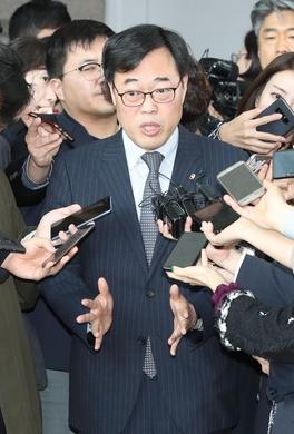 """리얼미터 """"김기식 사퇴 찬성 50.5%, 반대 33.4%"""""""