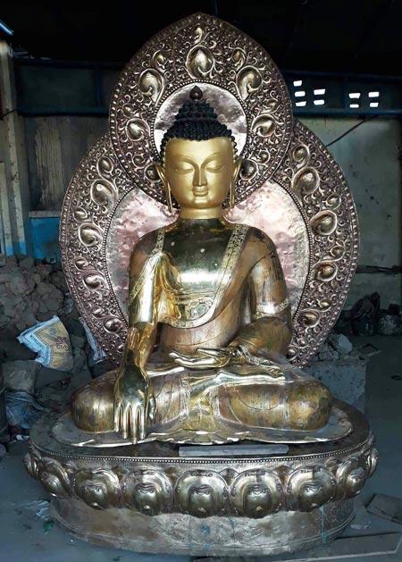 네팔 현지에서 제작해 이달 말 한국으로 오는'네팔 부처님상'.