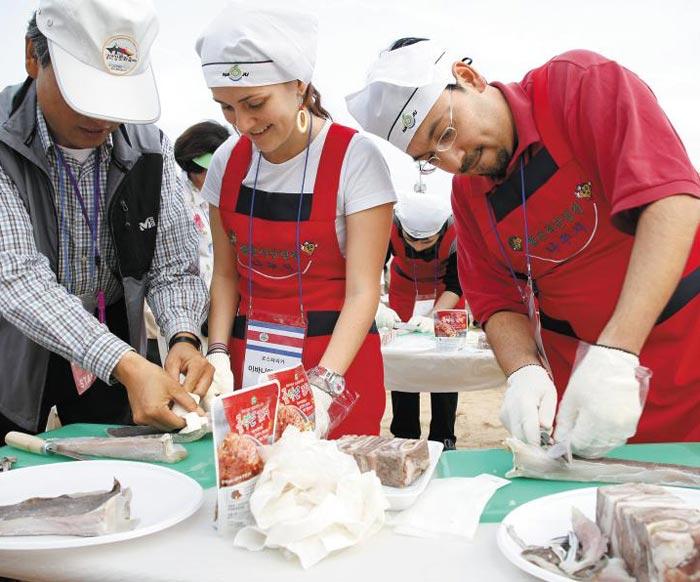 지난해 영산포 홍어 축제에 참가한 외국인 관광객들이 홍어 썰기를 배우고 있다.