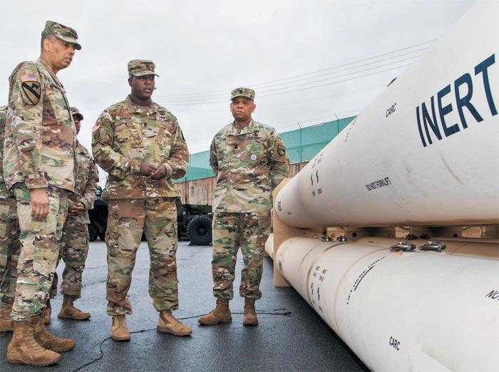 빈센트 브룩스(맨 왼쪽) 주한미군사령관이 지난 4일 경북 칠곡의 미군기지 캠프 캐럴에서 사드용 요격 미사일(예비탄)을 살펴보고 있다.