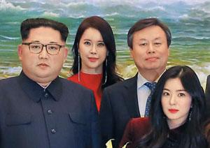 김정은 북한 노동당 위원장이 지난 1일 동평양대극장에서 열린 남측 공연 관람 후 기념 촬영을 한 사진. 오른쪽 끝이 레드벨벳의 아이린이다.