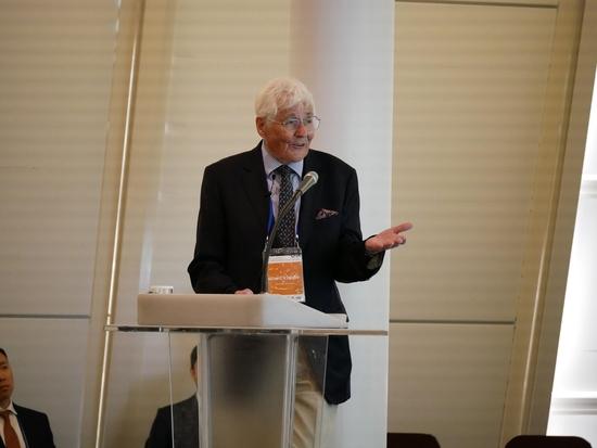 마이클 뎀스터 영국 케임브리지 교수가 12일 서울 밀레니엄 힐튼 호델에서 개최된 핀테크 학술대회에 참석해 기조강연을 하고 있는 모습/KAIST 제공
