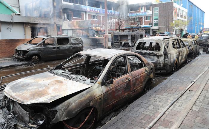 삽시간에 번진 불길, 주변 차량까지 삼켰다 - 13일 오전 인천 서구 가좌동 한 공단 내 화학공장에서 불이 나면서 근처에 주차돼 있던 차들이 모두 새까맣게 탔다. 화재는 공단 내 8개 공장을 전소시킨 후에야 진화됐다.