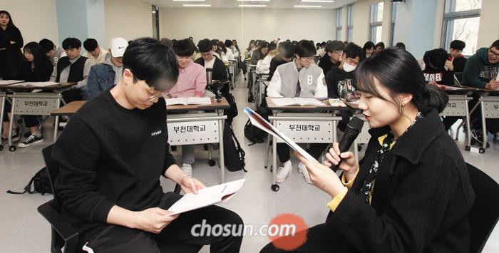 지난달 23일 오후 경기 부천대 소사캠퍼스에서 학생들이 자살 예방 상황극을 하고 있다.