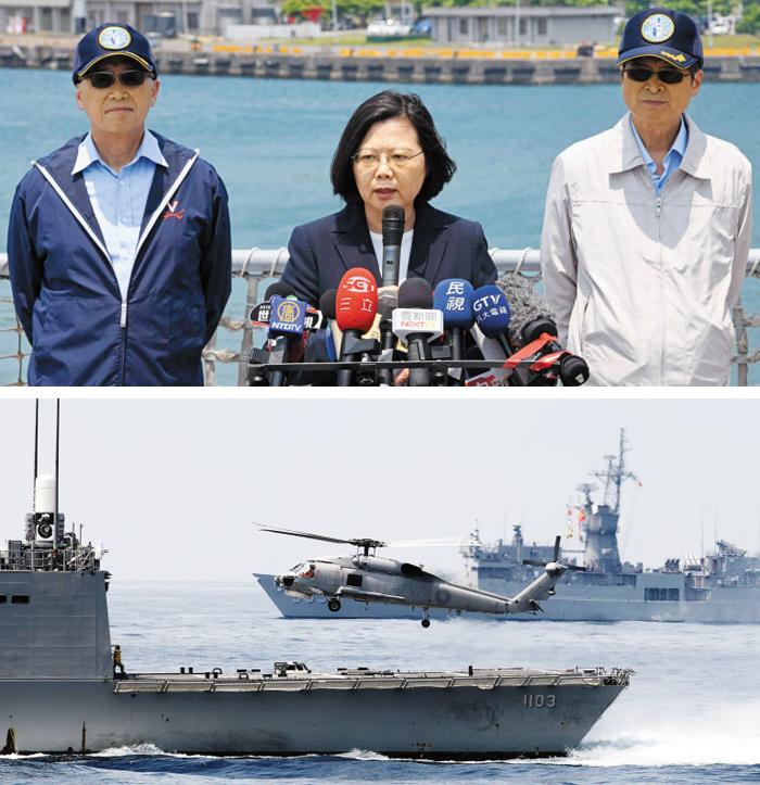 대만 군함 20척·전투기 동원 훈련 중국 해군이 남중국해에서 시진핑 국가주석이 참석한 대규모 열병식을 연 다음 날인 13일, 차이잉원 대만 총통이 대만 북동부 쑤아오 해군기지를 찾아 연설하고 있다(위 사진). 이날 기지 인근 해역에서는 대만 군함 20척과 전투기들이 동원된 전시 태세 방어 훈련이 진행됐다. 아래 사진은 이날 훈련 중 대만 구축함에서 헬기가 이륙하고 있는 모습.