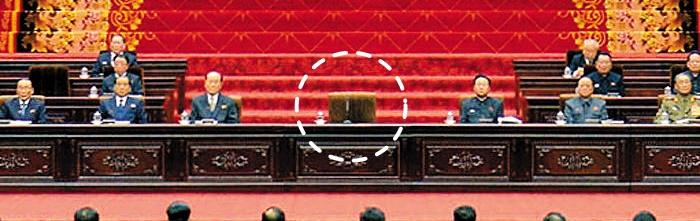 우리의 정기 국회 격인 북한 최고인민회의 제13기 6차 회의가 지난 11일 평양 만수대의사당에서 김정은 노동당 위원장의 자리(점선)를 비워 놓은 채 열리고 있다.
