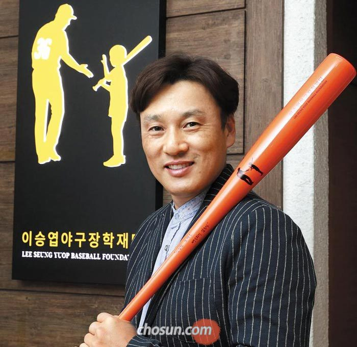 이승엽이 13일 서울 강남구'이승엽야구장학재단'사무실 앞에서 야구 배트를 쥐고 환하게 웃었다.
