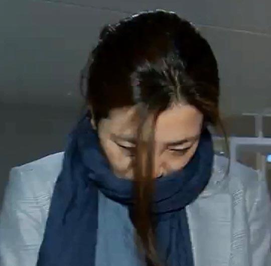 조현민 대한항공 전무가 15일 새벽 인천공항으로 귀국하던 중 고개를 숙이고 기자의 질문에 답하고 있다.