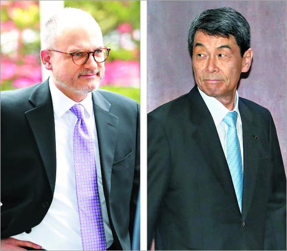 왼쪽은 지난 13일 서울 여의도 KDB산업은행 본점을 찾은 배리 엥글 GM 해외사업부문 사장. 오른쪽은 GM과 협상을 벌이는 이동걸 산업은행 회장.