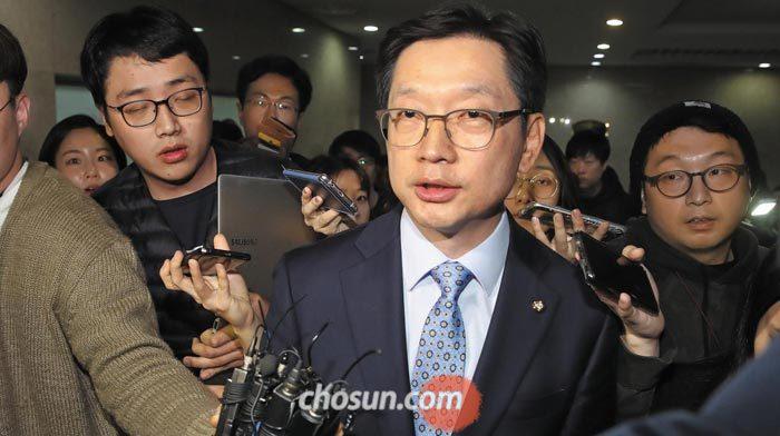 민주당원 댓글 조작에 관여했다는 의혹을 받고 있는 김경수(오른쪽에서 둘째) 민주당 의원이 14일 밤 국회 정론관에서 기자회견을 한 뒤 회견장을 빠져나가고 있다.