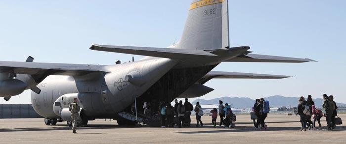 2016년 11월 비전투원 소개 훈련(NEO)에 참가한 미군 가족 등 미국 국적의 민간인들이 미군 수송기에 탑승하고 있다.
