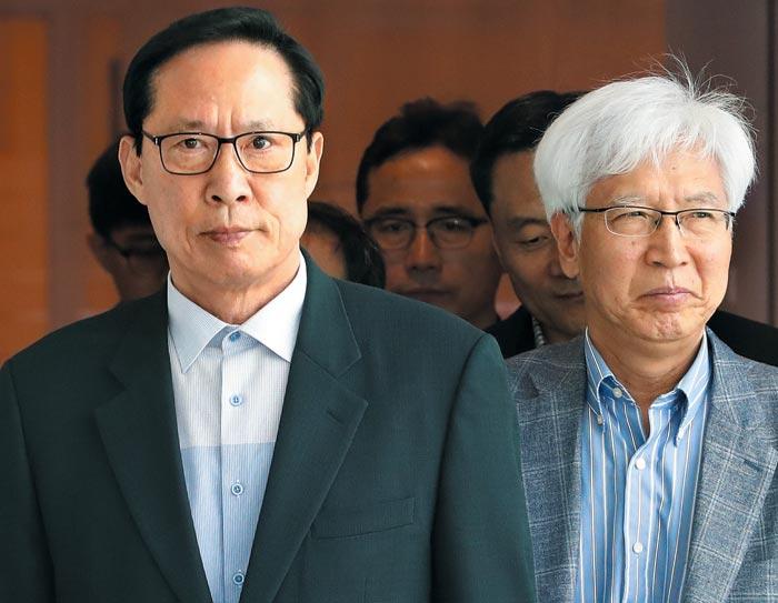 송영무(왼쪽) 국방장관이 한국—UAE 국방·방산 협력 방안을 논의하기 위해 15일 UAE로 출국하고 있다.