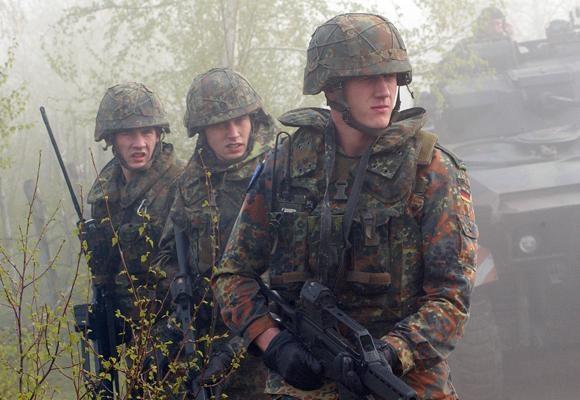 헤클러 앤드 코흐(H&K) G36 자동소총으로 무장한 독일군. G36 자동소총은 등장 당시 세계 최고라는 찬사를 받으면서 40여 개국에서 도입했다. 하지만 최근 치명적인 결함이 드러났고, 독일군은 더 이상 G36 자동소총을 사용하지 않겠다고 밝혔다. /위키피디아