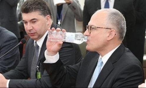 지난 2월 국회를 방문한 자리에서 물을 마시는 배리 엥글 GM 해외사업부문 사장(오른쪽)과 카허 카젬 한국GM 사장/조선일보DB