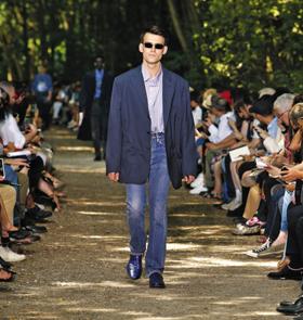 패션계에서 소외됐던 '아버지'가 주목받고 있다. 2018 발렌시아가 봄여름 패션쇼에서 한 모델이 아버지의 품처럼 넓은 재킷을 캐주얼하게 소화했다.