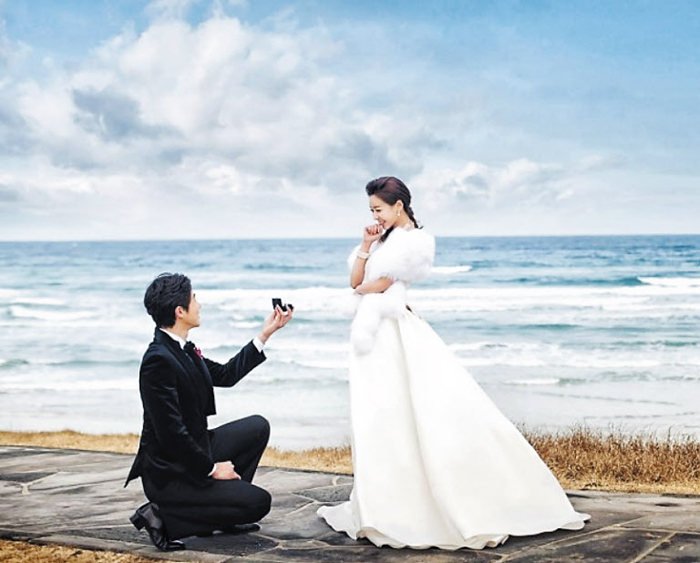 겨울에 결혼하는 커플이 많아지면서 웨딩 촬영 분위기도 바뀌고 있다. 흰색 모피를 걸치고 빨간색 꽃 부케로 따뜻한 느낌을 주는 스타일이 겨울 웨딩 촬영의 특징이다.