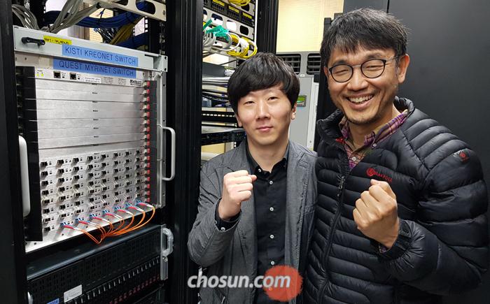 바둑 인공지능 '바둑이' 개발자인 이주영(오른쪽) 교수와 자문위원으로 활동 중인 이성재 9단이 전용 GPU(그래픽 처리 장치) 앞에서 포즈를 취했다.
