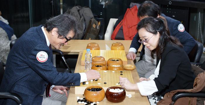 지난 1월 시니어 대 여성 챔피언 팀 간 이벤트 대결 후 복기 중인 조치훈(왼쪽)과 조혜연.